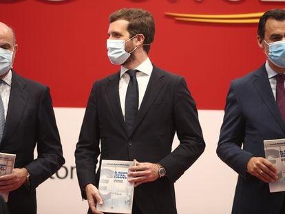 Pablo Casado, presidente del PP, el vicepresidente del BCE, Luis de Guindos, y el senador Fernando Martínez-Maíllo, este viernes durante la presentación del libro de este último.