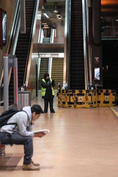 Escaleras de acceso a los andenes cerradas en la estación de Cercanías  de Atocha.
