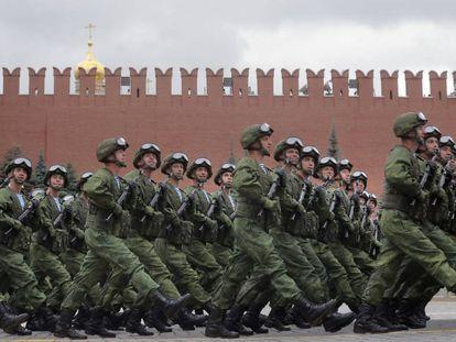 Soldados rusos desfilan este jueves en Moscú en el día de los paracaidistas.
