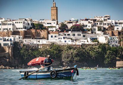 Un barquero atraviesa sin turistas el río Bou Regreg, entre la ciudad de Sale y la capital de Marruecos, Rabat.