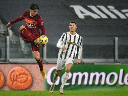 Kubulla, de la Roma, controla un balón ante Cristiano Ronaldo.