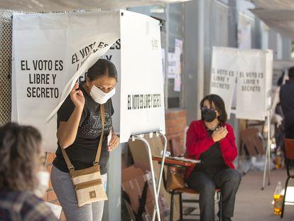 Ciudadanos acuden a emitir su voto este domingo, en Saltillo, Coahuila.