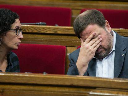 Marta Rovira conversa con Oriol Junqueras en el Parlament, en una foto de archivo.