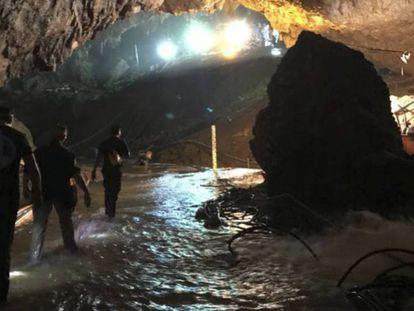 Foto tuiteada por Elon Musk de la entrada de la cueva, donde el empresario ha dejado un minisubmarino para futuras emergencias.