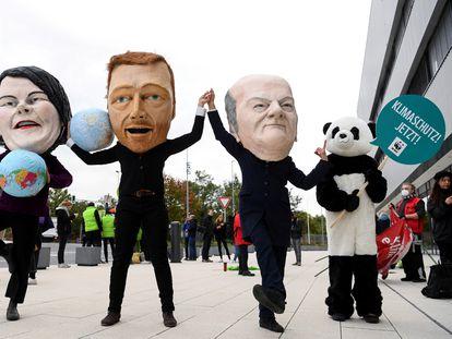 Manifestantes a favor de la acción climática disfrazados como Baerbock, Lindner y Scholz, el 15 de octubre en Berlín.
