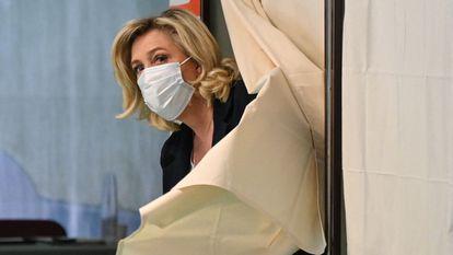 Marine Le Pen, líder del partido de extrema derecha Reagrupamiento Nacional, vota en su feudo de Hénin-Beaumont, en el norte de Francia