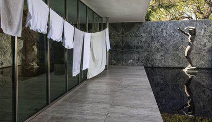 Instalación de Domènec en el Pabellón Mies van der Rohe de Barcelona.