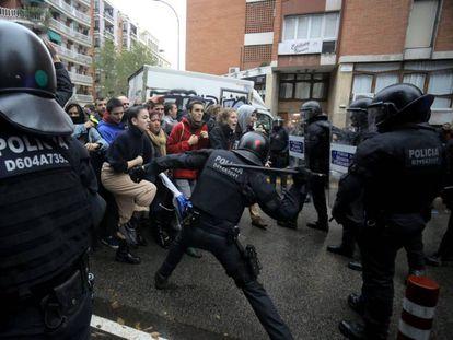 Los Mossos cargan contra quienes quieren impedir un desahucio en  la Travessera de Gràcia de Barcelona