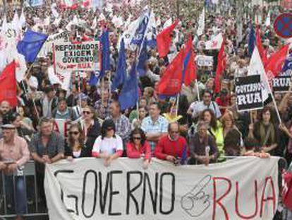 Miles de personas protestan contra las medidas del Gobierno portugués en Lisboa, Portugal, hoy 19 de octubre de 2013.