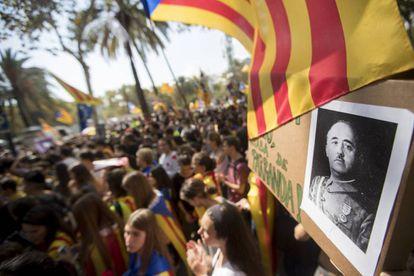 Centenares de personas, convocadas por ANC y Òmnium, se concentran ante el Tribunal Superior de Justicia de Cataluña (TSJC) con un retrato de Franco.