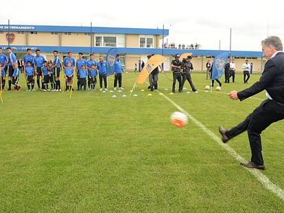 El presidente Mauricio Macri le pega a una pelota durante la inauguración del Centro de Entrenamiento de Boca Juniors, en abril de 2017.