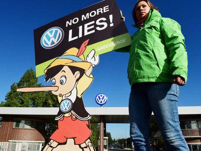 Una activista protesta ante la sede de Volkswagen en Wolfsburg (Alemania) el mes pasado.