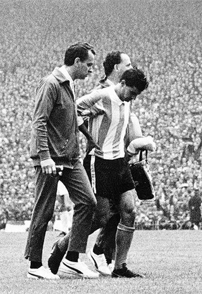 Rattín abandona Wembley junto a dos asistentes de Argentina.