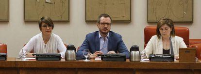 Javier Maroto, Pilar Cancela y  Sara Cieira  durante la reunión de la Comision de Igualdad sobre pacto Violencia Género.