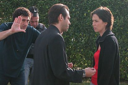 Daniel Calparsoro (a la izquierda), durante el rodaje de <i>Ausentes,<i> protagonizada por Ariadna Gil y Jordi Mollá.