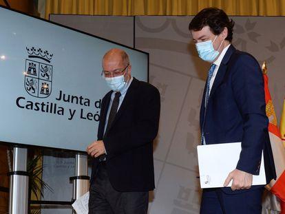 El presidente de la Junta de Castilla y León, Alfonso Fernández Mañueco (a la derecha), junto al vicepresidente, Francisco Igea (izquierda), tras la rueda de prensa en la que han valorado la moción de censura que presentaron ayer los socialistas.