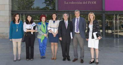 La consejera de cultura, María José Català (en el centro), con miembros del consejo rector del IVAM.