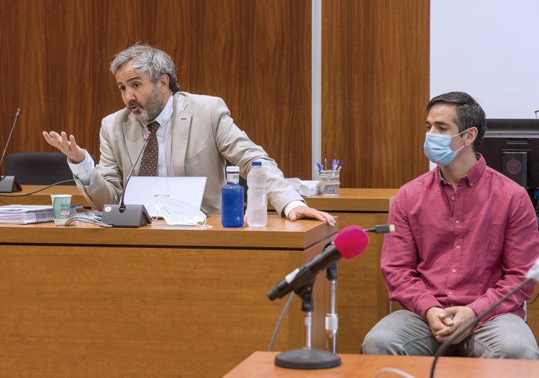 """Rodrigo Lanza y su abogado Endika Zulueta durante la quinta jornada del juicio por """"crimen de los tirantes"""" en la Audiencia Provincial de Zaragoza."""