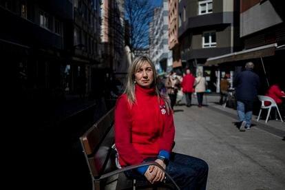 Sandra Formoso, en una calle de A Coruña cerca del supermercado donde trabaja.