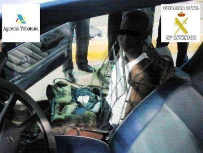 El inmigrantes escondido en el armazón del asiento.