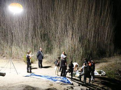 Los investigadores abriendo una de las bolsas donde se encontraban los miembros de la víctima