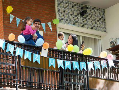 La familia del pequeño Manuel Núñez saluda desde la terraza la llegada de la Policía Municipal de Sevilla (31/03/2020).