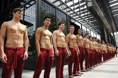 Modelos masculinos que atienden en los locales de Abercrombie.