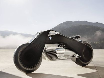 El prototipo Motorrad Vision Next 100 de BMW, presentado en 2016, es 100% eléctrico, muy estable y se maneja con un visor inteligente que presenta al piloto información en tiempo real sobre el vehículo y su entorno.