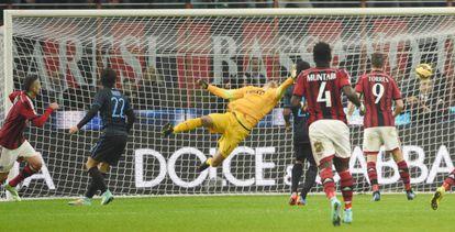 Ménez bate a Handanovic en el gol del Milan.