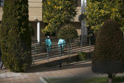 Dos personas con equipos de protección este viernes en las instalaciones de la residencia Vigor, en Becerril de la Sierra (Madrid).
