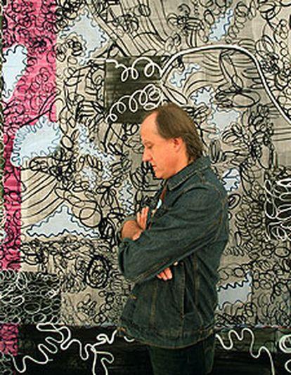 Juan Uslé, ante su cuadro <i>Bilingual</i> (1998-1999).