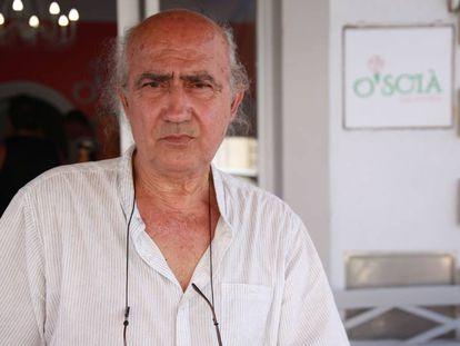 Vito Fiorino, en la puerta de su heladería en Lampedusa.
