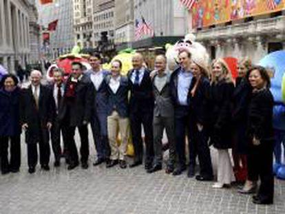 """Ricardo Zacconi (7-i) , CEO y cofundador de la empresa creadora de """"Candy Crush Saga"""", posa en Wall Street antes de su salida oficial a bolsa, en Nueva York (Estados Unidos)."""