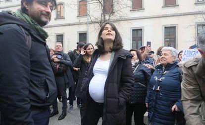 La diputada de Unidas Podemos, Isabel Serra, antes de entrar al juicio.