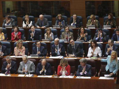 La bancada popular, con la presidenta regional, Cristina Cifuentes, abajo a la derecha, en un pleno de la Asamblea de Madrid.
