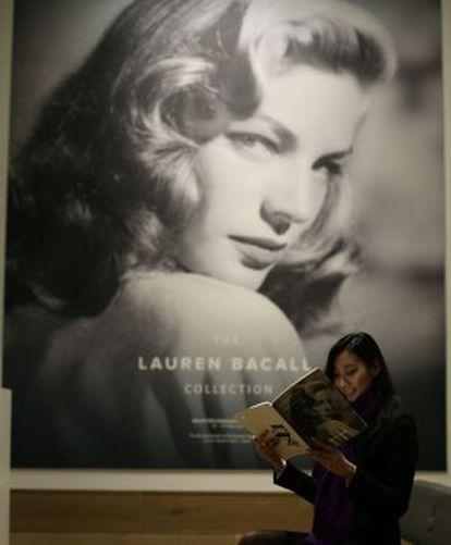 Una retrato de Lauren Bacall abre la exposición.