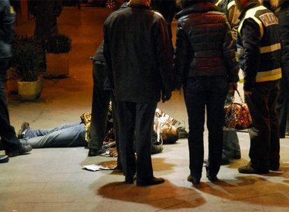 El cadáver del rumano Catalin Stefan Craziun, alias <b><i>Cata, </b></i>a las puertas de la discoteca Heaven Palace, donde fue tiroteado.