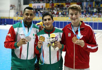 Los mexicanos Jahir Ocampo y Rommel Pacheco junto al canadiense Philippe Gagne en los Juegos Panamericanos de 2015.