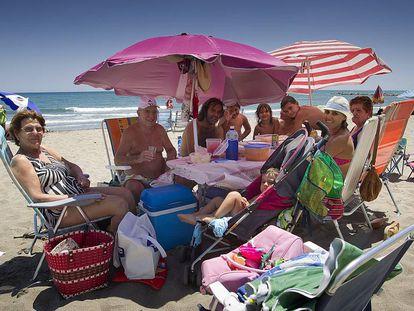 Una familia en una playa de Fuengirola (Málaga).