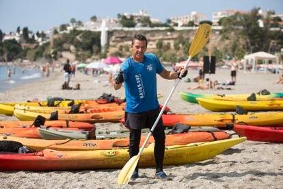 El actor Miguel Joven, que encarnó al personaje de Tito en 'Verano azul', posa en la playa de Burriana en la localidad de Nerja (Málaga).