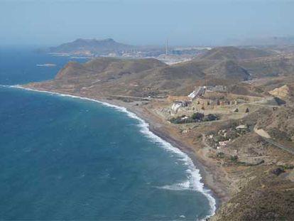 Imagen aérea de la costa de Carboneras, con las obras del hotel en la playa del Algarrobico.