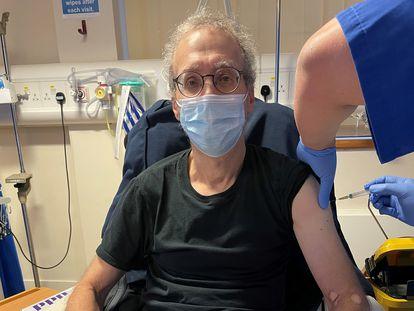 Un periodista de Reuters, Steve Stecklow, participa en octubre en un ensayo clínico de la vacuna de Novavax, en un hospital de Londres.