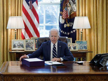 Joe Biden, este jueves, en el Despacho Oval, a punto de firmar el proyecto de ley del plan estímulo de 1,9 millones de dólares contra la covid-19.