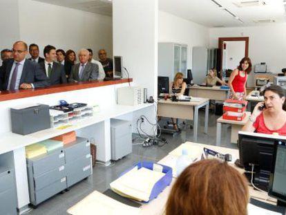 El rector y la consejera, en un segundo plano, visitando la nueva Facultad.