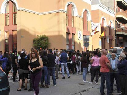 Vecinos congregados ante el Hogar del Jubilado de Caudete (Albacete) donde se produjo el crimen.