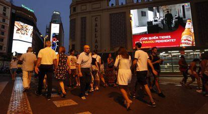 Luminosos publicitarios en la plaza de Callao, el viernes pasado por la noche.