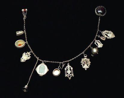 La brazalera, como esta de plata, ágata y castaña de Indias del XVIII, tenía una misión protectora. Se colocaba bajo la manga