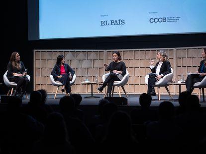 Desde la izquierda: Carla Turró, Lola Garcia, Pepa Bueno, Esther Vera y Neus Tomàs en la conferencia  en el CCCB.