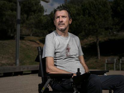 Juan Carlos Unzué, exfutbolista y exentrenador, en los alrededores de su casa en Esplugues, colindante con Barcelona. FOTO Y VÍDEO: MASSIMILIANO MINOCRI