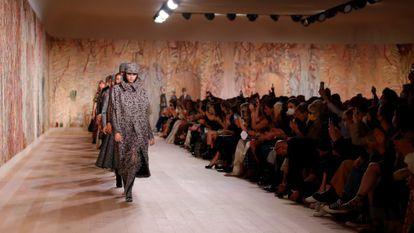 Varias modelos durante el desfile de alta costura de Dior en la Semana de la Moda de París, este lunes.